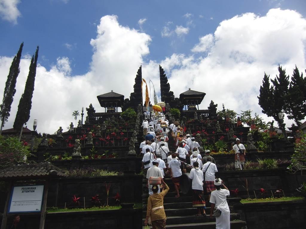 ブサキ寺院の階段を上る御一行