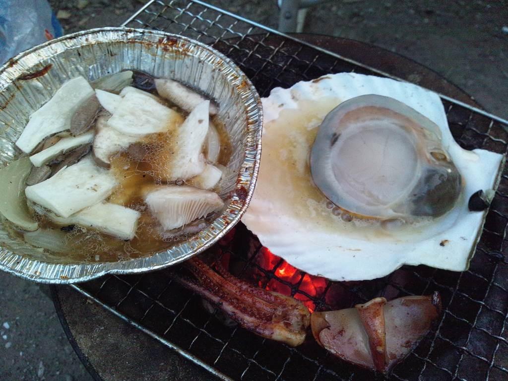 帆立て貝を豪快に七輪焼き