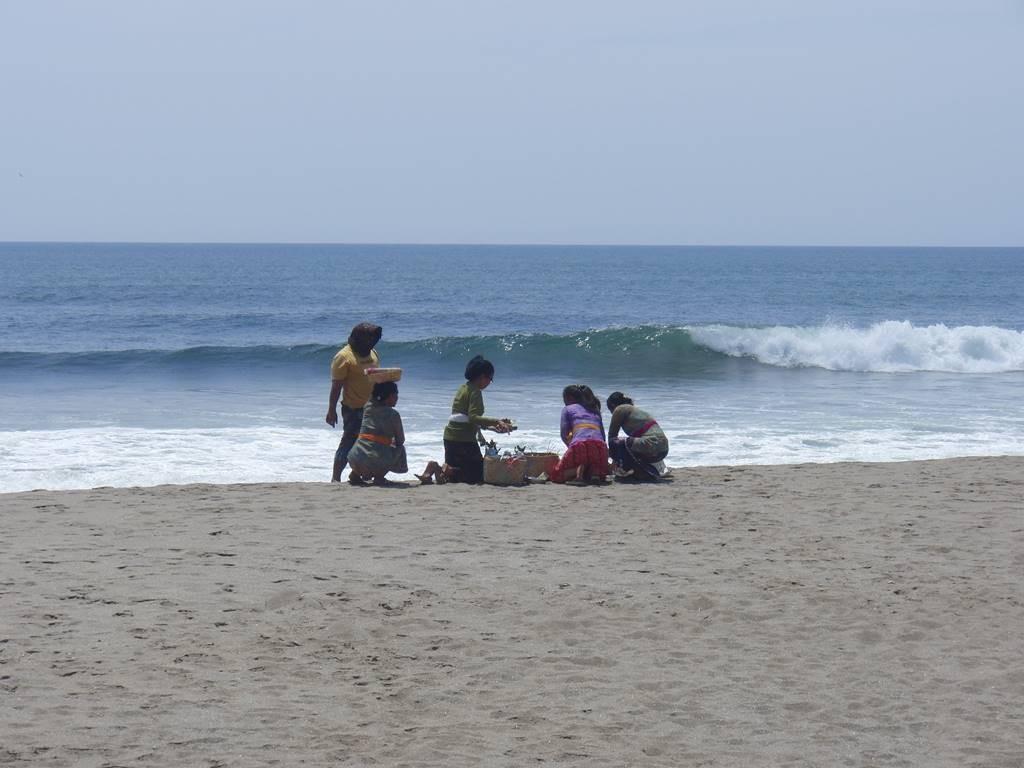 ビーチに行って、家族でスンバヤン