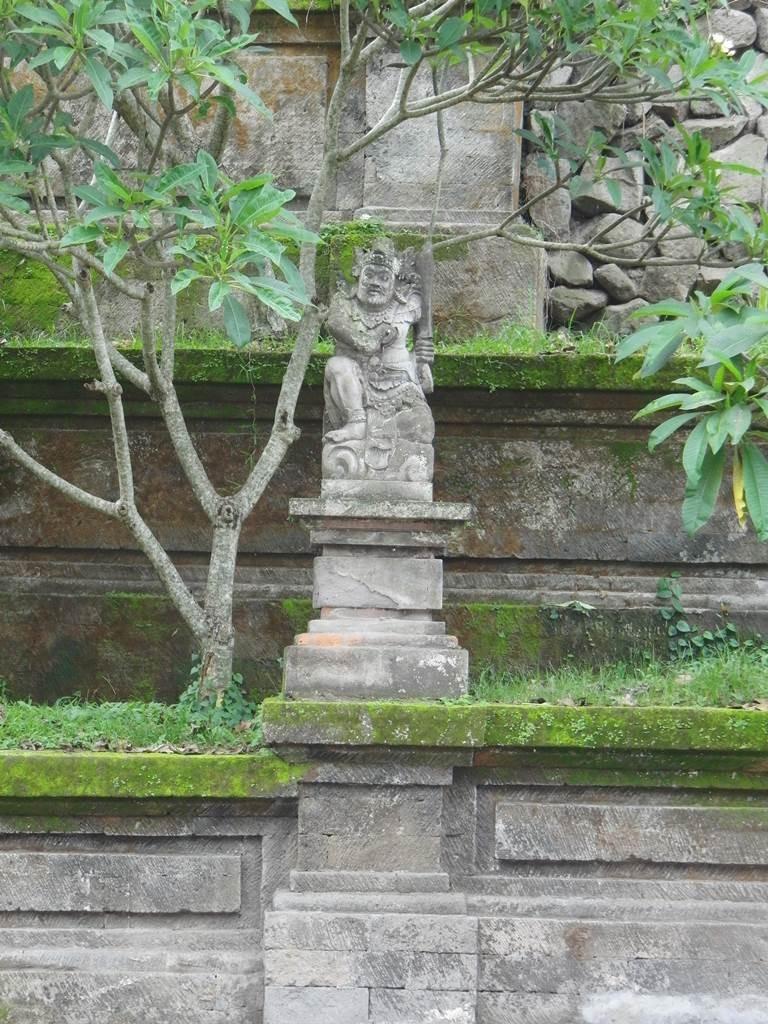 ウブドのATMの石像2